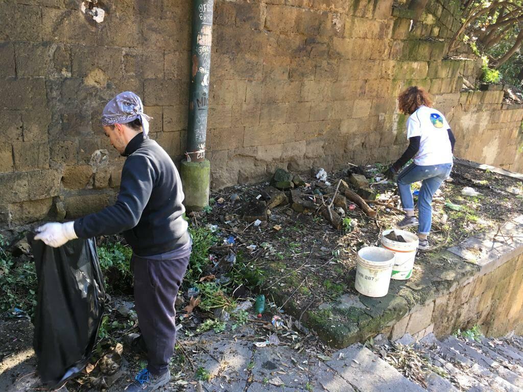 I volontari si ritrovano per un altro intervento di bonifica alle scale  della Principessa Jolanda al Tondo di Capodimonte di Napoli - Positanonews