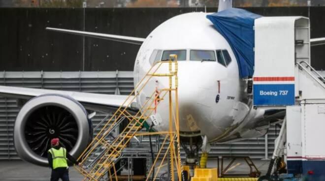 Indonesia, precipita in mare un Boeing partito da Giacarta: 62 le persone a bordo