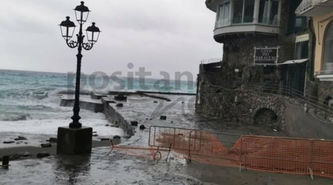 Maltempo e mare mosso a Positano: qualcuno ha spostato la barriera. Attenzione