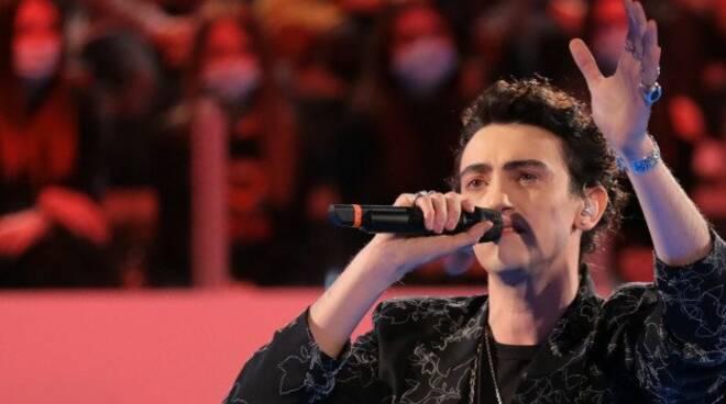 """Michele Bravi dal vivo ad """"Amici"""" con il nuovo singolo """"Mantieni il bacio"""""""