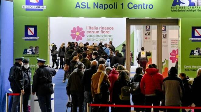 Napoli fila per il vaccino