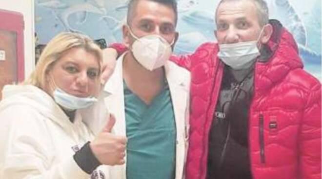 Napoli, papà riabbraccia i sei figli e conosce il primo nipote grazie al cuore artificiale