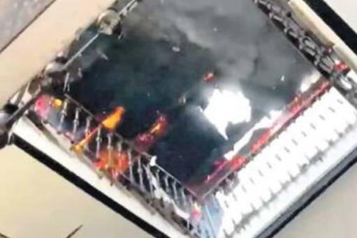 Napoli, terrore a San Giovanni: fulmine sfonda il tetto, l'edificio va in fiamme