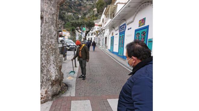Positano, civiltà dei dipendenti del parcheggio Di Gennaro nel rimuovere le deiezioni canine