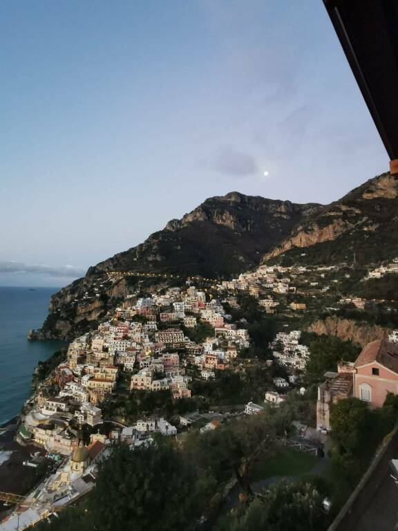 Positano primo gennaio 2021 foto Luigi Ercolino con vista verso Sorrento con la luna