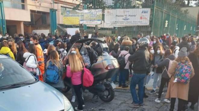 Scuole, è il caos: assembramenti e protestano studenti e docenti