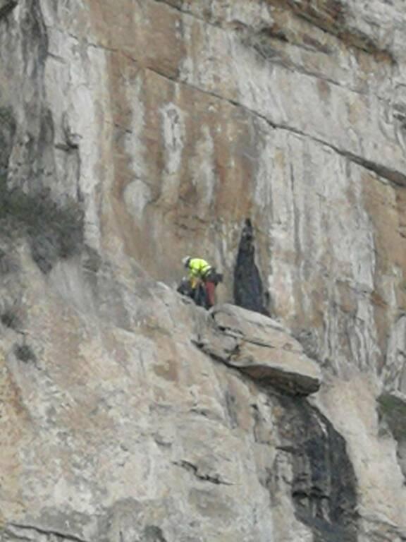 Sorrento, disgaggio del masso pericolante dal costone roccioso di Via Capo