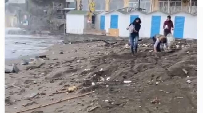 spiaggia positano volontari