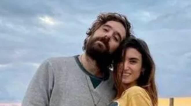 Tommaso Paradiso e Carolina Sansoni insieme a La musica che gira intorno: «Con lei ho trovato una ragazza normale»
