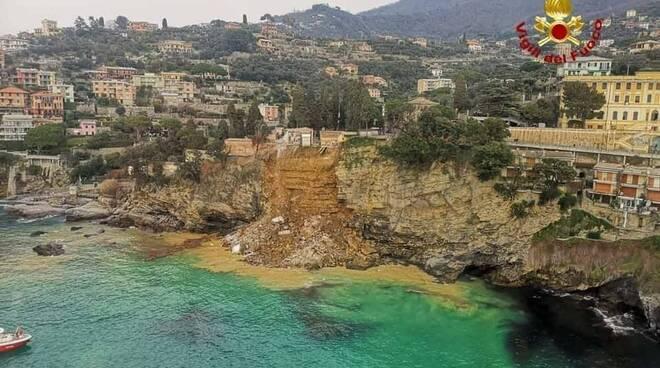 A Camogli (Genova) crolla il cimitero e decine di bare finiscono in mare