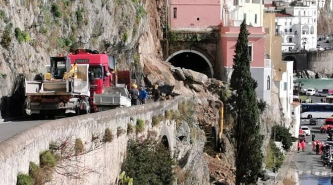 Amalfi: comincia lo sgombero della strada dopo la frana