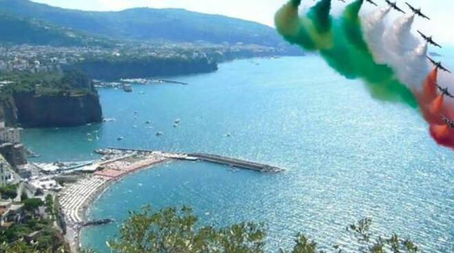 Buon Compleanno alle Frecce Tricolori dalla Penisola Sorrentina e Costiera Amalfitana