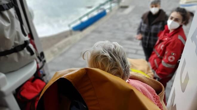 Cava de' Tirreni: la Croce Rossa accompagna una nonnina a vedere il mare dopo il ricovero