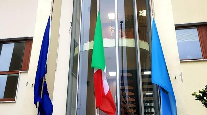Foibe, bandiere a mezz'asta sul municipio di Vico Equense