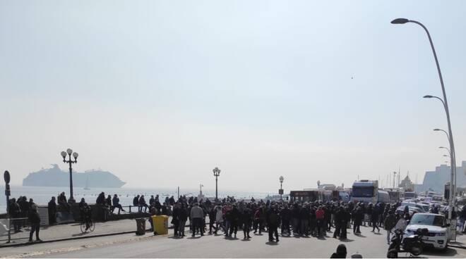 La rivolta dei ristoratori: occupato il lungomare di Napoli