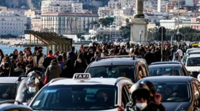 Napoli, ultimo giorno in «giallo» e folla pazzesca: transenne sul lungomare per limitare gli accessi