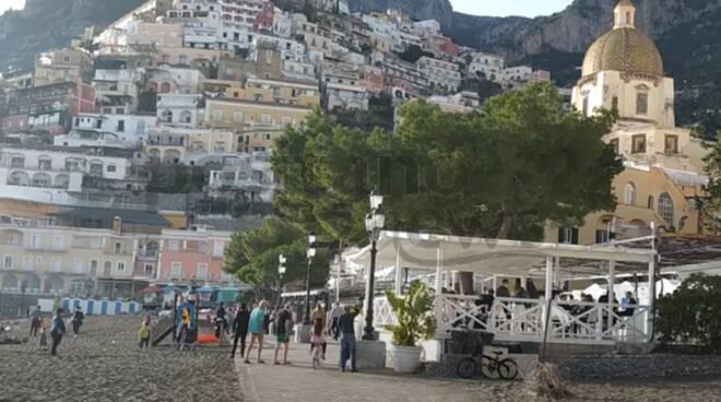 Oggi a Positano sembra estate: spiagge e ristoranti pieni