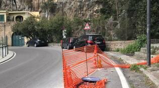 Pericolo a Positano: reti e cartelli lasciati in strada. Caduto un ragazzo in bici