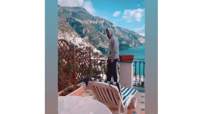 Positano, il cestista statunitense Derek Willis all'Hotel Conca d'Oro