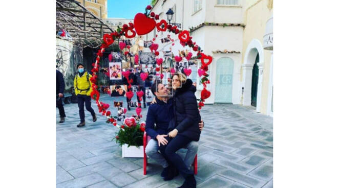 Positano, il sindaco Giuseppe Guida festeggia San Valentino con una foto ultraromantica