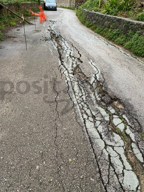 Ravello, asfalto danneggiato a Casa Rossa: strada chiusa