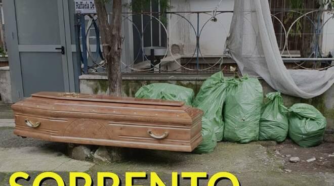 Sorrento, cimitero all'aperto: bara lasciata incustodita in pieno centro storico