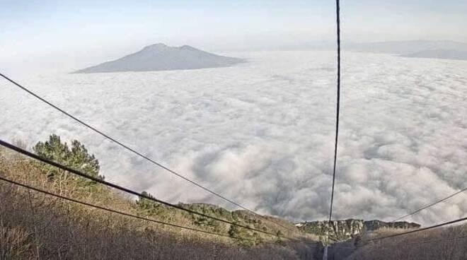 Tutta Napoli coperta dalla nebbia, l'incredibile foto scattata dal monte Faito