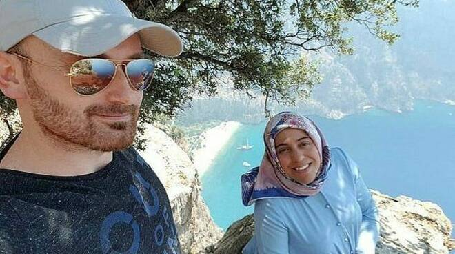 Un selfie felici, poi butta la moglie incinta dal burrone
