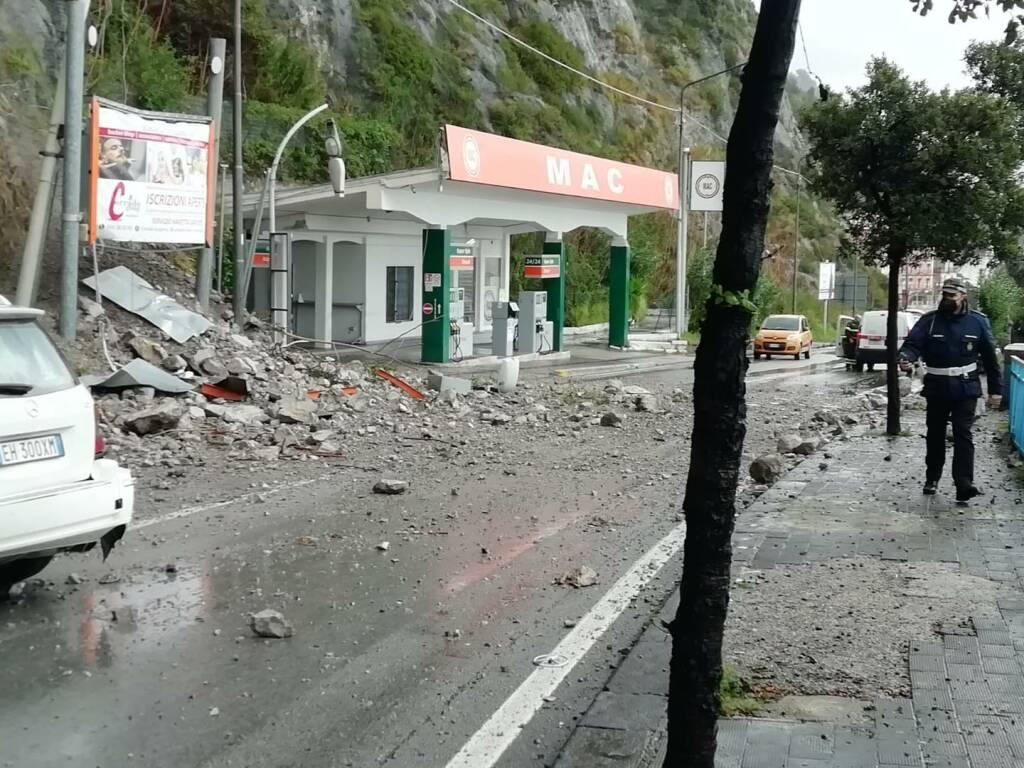 Vietri sul Mare, resta chiusa la strada Vietri/Salerno in attesa della verifica della situazione rocciosa