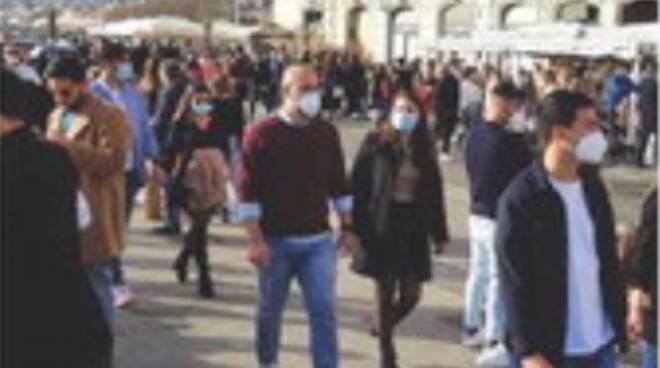 Voglia di normalità: folla in spiaggia a Castellammare di Stabia ed a Meta