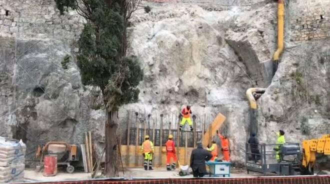 Amalfi, in diretta su Positanonews la gettata di calcestruzzo per la base della SS163 crollata