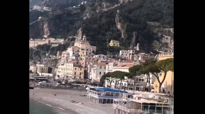 Amalfi, spiaggia in relax e sicurezza in un anticipo di estate