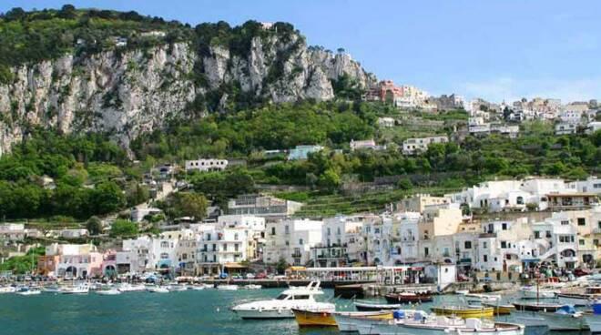 Capri, il sindaco Marino Lembo firma la proroga per favorire il turismo