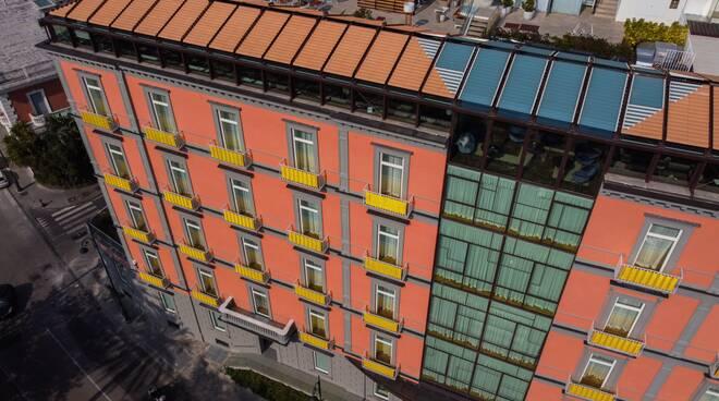 """L'Hotel  """"The Britannique Naples"""" si tinge di giallo"""