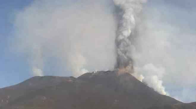 Etna irrequieto, altro parossismo con fontana di lava, è il decimo dal 16 febbraio scorso