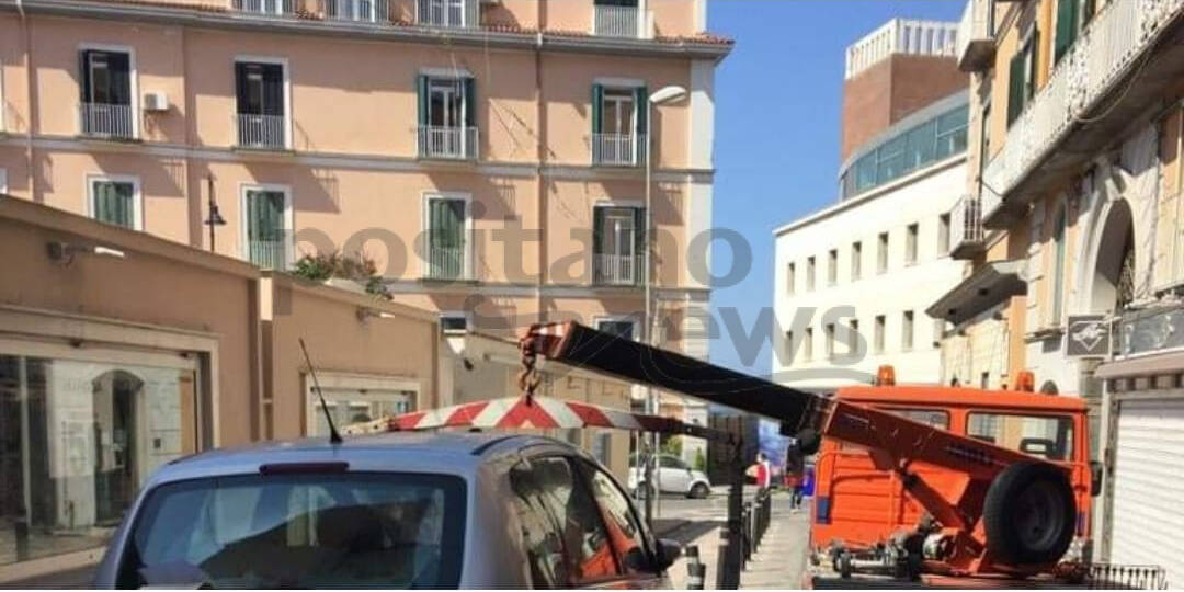 Castellammare di Stabia, parcheggia danneggiando un paletto. Multa salata per un automobilista