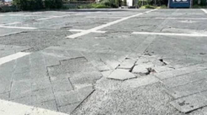 Cava de' Tirreni, piazza Lamberti k.o. La rivolta dei cittadini: pavimentazione divelta dal 2016