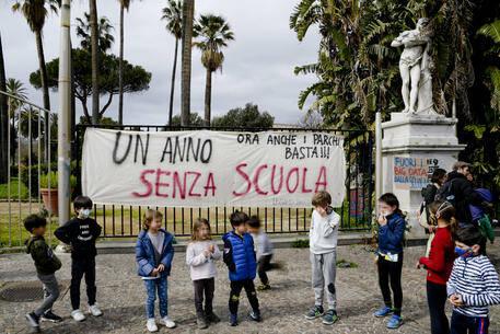 Covid: da domani a casa oltre 940 mila studenti in Campania