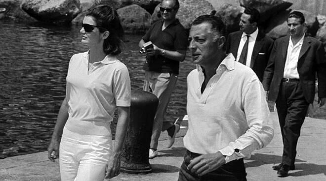 Gianni Agnelli oggi avrebbe compiuto 100 anni. Ricordiamo il suo amore per Ravello e Jacqueline Kennedy