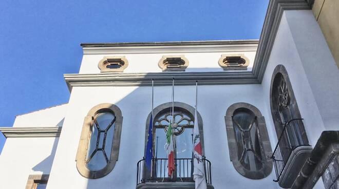Giornata nazionale dedicata alle vittime di Covid: bandiere a mezz'asta a Sorrento e Massa Lubrense