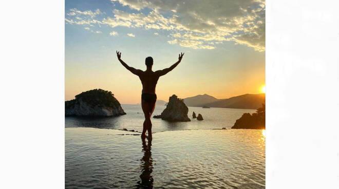 Il ballerino Roberto Bolle compie 46 anni. Gli auguri da Positano, una delle sue mete preferite