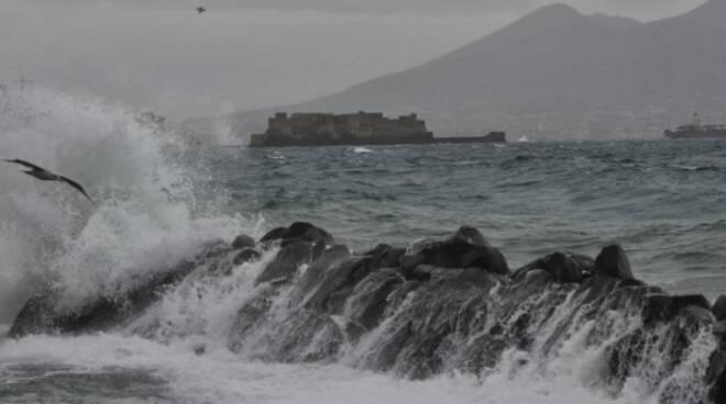 Napoli, allerta meteo su tutta la Campania per forte vento e mareggiate