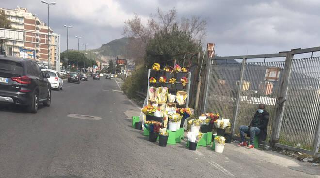 Napoli, per la Festa della Donna la zona rossa non ferma i venditori abusivi di fiori