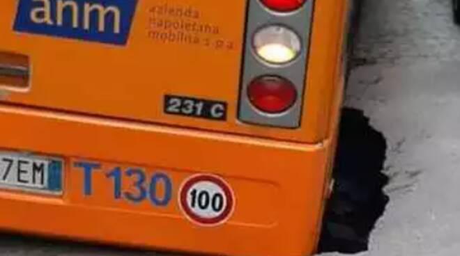 Paura a Napoli, si apre una voragine al passaggio dell'autobus: traffico in tilt al Vomero