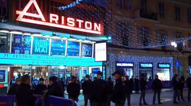 Sanremo, lavoratori protestano fuori al Teatro Ariston contro le chiusure legate al Covid-19