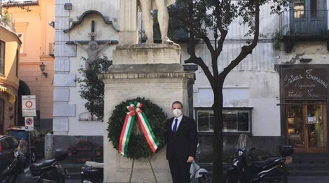 Sorrento. In occasione del 477° anniversario della nascita di Torquato Tasso, il Comune di Sorrento ha ricordato il suo illustre concittadino con una corona di alloro, deposta nell'omonima piazza, presso la statua che raffigura il poeta sorrentino.  Al
