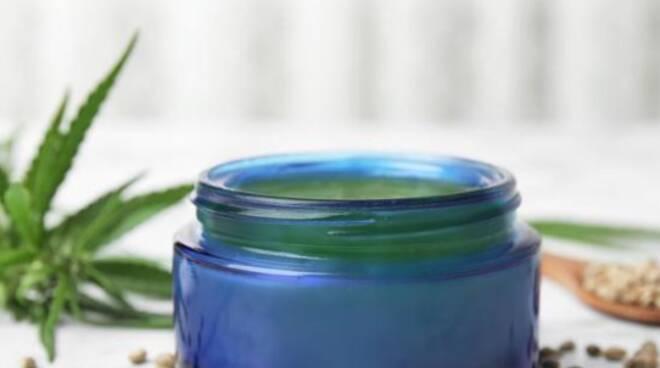Tutti i benefici della cannabis light: dall'umore alla pelle
