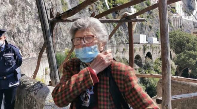 Amalfi, la storia di Anna Cavaliere: a pieni fino al centro e con l'autobus a Maiori, AstraZeneca nonostante le patologie pregresse