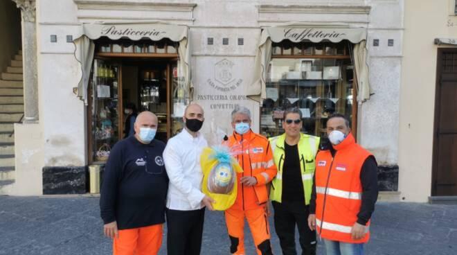 Amalfi, la storica pasticceria Pansa omaggia il personale del 118 per il loro impegno, passione e disponibilità