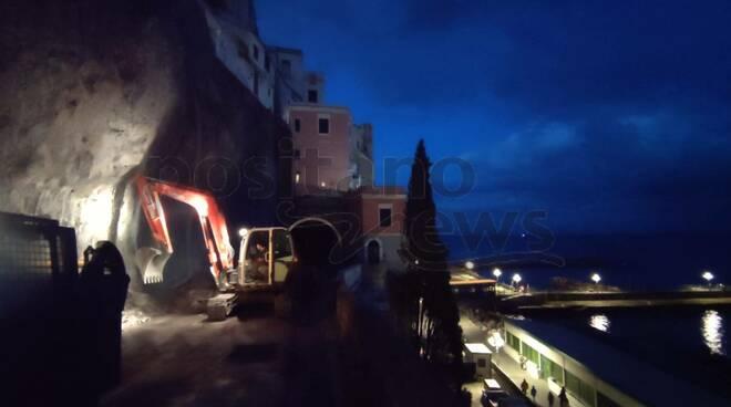 Amalfi lavori di notte sulla strada